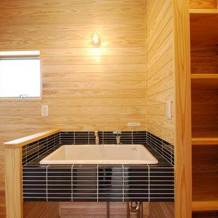 Пример оригинального дизайна: туалет в скандинавском стиле с коричневыми стенами, темным паркетным полом, врезной раковиной, столешницей из плитки и синей столешницей