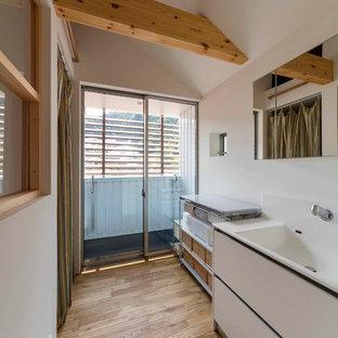 大阪のアジアンスタイルのおしゃれなトイレ・洗面所 (フラットパネル扉のキャビネット、白いキャビネット、白い壁、淡色無垢フローリング、一体型シンク、ベージュの床) の写真