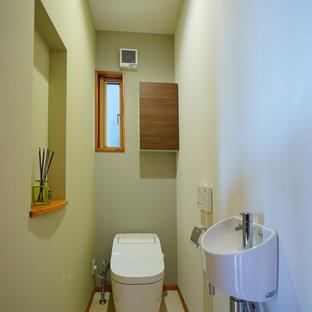 他の地域のカントリー風おしゃれなトイレ・洗面所 (コンソール型シンク、ベージュの床) の写真