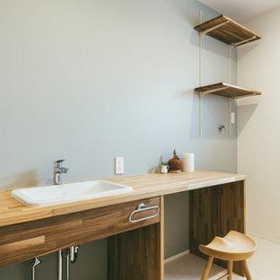 Стильный дизайн: туалет среднего размера в скандинавском стиле с открытыми фасадами, темными деревянными фасадами, серыми стенами, полом из винила, врезной раковиной, бежевым полом и белой столешницей - последний тренд