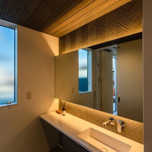他の地域のモダンスタイルのおしゃれなトイレ・洗面所 (白い壁、磁器タイルの床、グレーの床) の写真