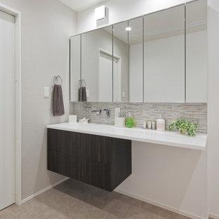 Идея дизайна: туалет в скандинавском стиле с темными деревянными фасадами, белыми стенами, бежевым полом и белой столешницей