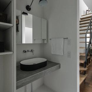 他の地域の中くらいのインダストリアルスタイルのおしゃれなトイレ・洗面所 (オープンシェルフ、グレーのキャビネット、分離型トイレ、白いタイル、磁器タイル、白い壁、磁器タイルの床、ベッセル式洗面器、タイルの洗面台、グレーの床、グレーの洗面カウンター) の写真