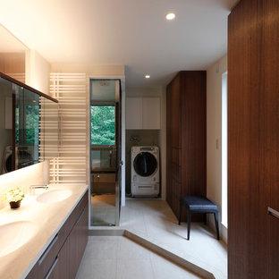 Идея дизайна: большой туалет в стиле модернизм с фасадами с декоративным кантом, фасадами цвета дерева среднего тона, белой плиткой, полом из керамогранита, монолитной раковиной, столешницей из искусственного камня, белым полом и белыми стенами
