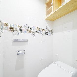 Foto di un piccolo bagno di servizio moderno con ante di vetro, ante beige, WC monopezzo, piastrelle bianche, piastrelle a mosaico, pareti bianche e pavimento beige