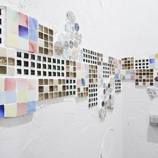 Esempio di un piccolo bagno di servizio minimalista con ante di vetro, ante beige, WC monopezzo, piastrelle bianche, piastrelle a mosaico, pareti bianche e pavimento beige