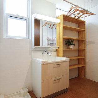 Moderne Gästetoilette mit weißer Wandfarbe und Korkboden in Sonstige