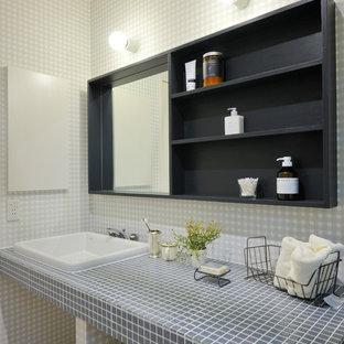 Foto di un bagno di servizio minimal con nessun'anta, piastrelle grigie, piastrelle bianche, pareti grigie, lavabo da incasso, top piastrellato e pavimento beige