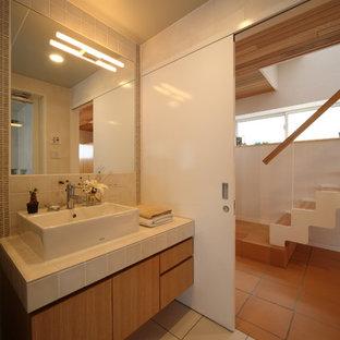 他の地域の北欧スタイルのおしゃれなトイレ・洗面所 (フラットパネル扉のキャビネット、中間色木目調キャビネット、ベージュの壁、ベッセル式洗面器、ベージュの床) の写真