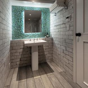 Неиссякаемый источник вдохновения для домашнего уюта: туалет в современном стиле с серыми стенами, деревянным полом, консольной раковиной и серым полом