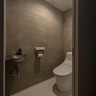 Свежая идея для дизайна: туалет среднего размера в восточном стиле с открытыми фасадами, фасадами цвета дерева среднего тона, унитазом-моноблоком, белой плиткой, плиткой кабанчик, белыми стенами, монолитной раковиной, столешницей из искусственного камня, серым полом и белой столешницей - отличное фото интерьера
