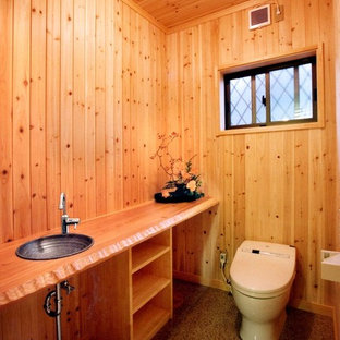 Diseño de aseo de estilo zen, de tamaño medio, con sanitario de dos piezas, paredes beige, encimera de madera, suelo rosa y encimeras beige