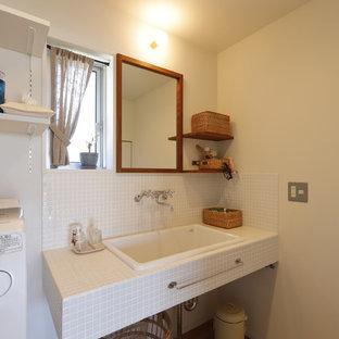 他の地域のカントリー風おしゃれなトイレ・洗面所 (オープンシェルフ、白いキャビネット、白いタイル、磁器タイル、白い壁、無垢フローリング、横長型シンク、タイルの洗面台、ベージュの床、白い洗面カウンター、造り付け洗面台) の写真
