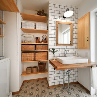 他の地域の北欧スタイルのおしゃれなトイレ・洗面所 (オープンシェルフ、白い壁、ベッセル式洗面器、木製洗面台、マルチカラーの床、ブラウンの洗面カウンター) の写真