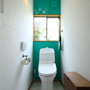 Пример оригинального дизайна: туалет в скандинавском стиле с плоскими фасадами, темными деревянными фасадами, разноцветными стенами, деревянным полом и серым полом
