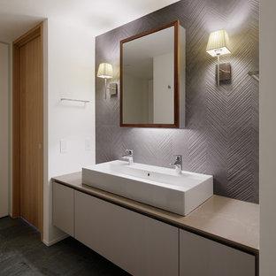 東京23区のモダンスタイルのおしゃれなトイレ・洗面所 (マルチカラーの壁、コンクリートの床、ベッセル式洗面器、グレーの床) の写真