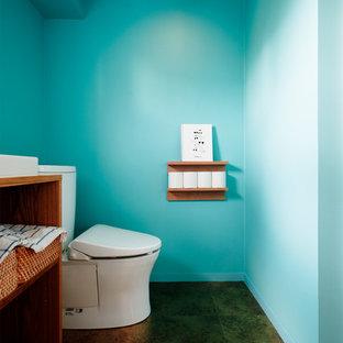 東京23区のアジアンスタイルのおしゃれなトイレ・洗面所 (オープンシェルフ、茶色いキャビネット、一体型トイレ) の写真