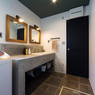 Imagen de aseo retro con armarios abiertos, paredes blancas, lavabo encastrado, encimera de cemento y suelo gris