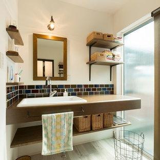 Modelo de aseo asiático con armarios abiertos, lavabo encastrado y suelo gris