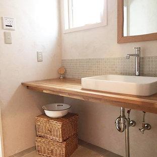 Idee per un bagno di servizio etnico con piastrelle grigie, piastrelle a mosaico, pareti bianche, pavimento in terracotta e pavimento grigio