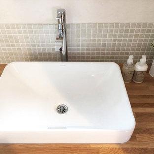 Ispirazione per un bagno di servizio etnico con piastrelle grigie, piastrelle a mosaico, pareti bianche, pavimento in terracotta e pavimento grigio