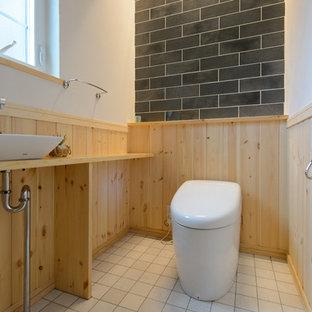 他の地域の北欧スタイルのおしゃれなトイレ・洗面所 (マルチカラーの壁、ベッセル式洗面器、木製洗面台、ベージュの床、ベージュのカウンター) の写真