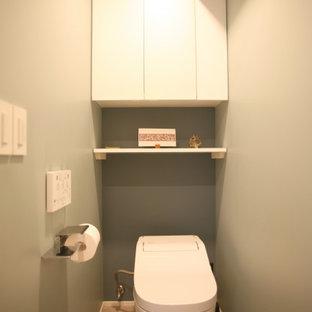 東京23区の小さいモダンスタイルのおしゃれなトイレ・洗面所 (一体型トイレ、リノリウムの床、ベージュの床) の写真