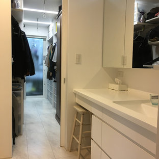 Свежая идея для дизайна: туалет в стиле шебби-шик с плоскими фасадами, белыми фасадами, белыми стенами, полом из ламината, врезной раковиной, столешницей из искусственного камня, белым полом и белой столешницей - отличное фото интерьера