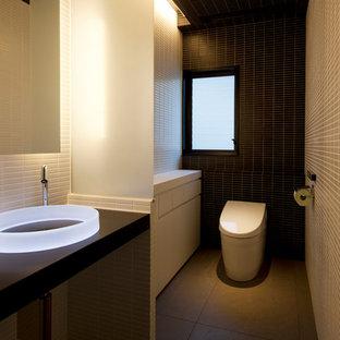 Стильный дизайн: большой туалет в стиле модернизм с полом из керамической плитки, столешницей из искусственного камня, серым полом, белой столешницей, разноцветными стенами и настольной раковиной - последний тренд
