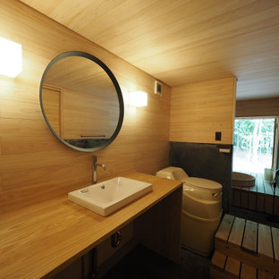 Kleine Asiatische Gästetoilette mit offenen Schränken, braunen Schränken, brauner Wandfarbe, Betonboden, Einbauwaschbecken, Waschtisch aus Holz, grauem Boden, brauner Waschtischplatte, eingebautem Waschtisch, Holzdecke und Holzwänden in Sonstige