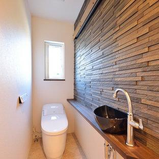 他の地域のミッドセンチュリースタイルのおしゃれなトイレ・洗面所 (マルチカラーの壁、ベッセル式洗面器、木製洗面台、ベージュの床、ブラウンの洗面カウンター) の写真
