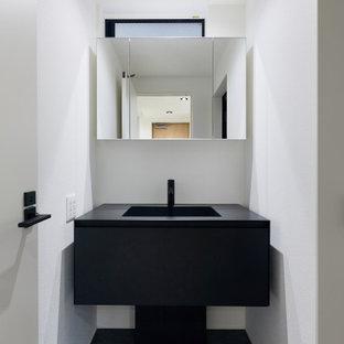 Kleine Moderne Gästetoilette mit offenen Schränken, schwarzen Schränken, Toilette mit Aufsatzspülkasten, brauner Wandfarbe, Sperrholzboden, Edelstahl-Waschbecken/Waschtisch, weißem Boden, schwarzer Waschtischplatte, eingebautem Waschtisch, Tapetendecke und Tapetenwänden in Tokio Peripherie