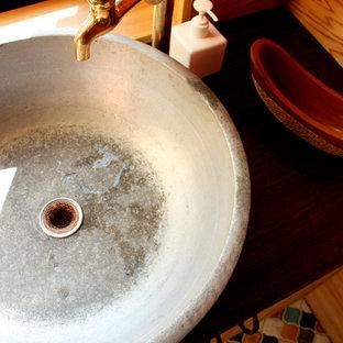 Foto de aseo asiático, pequeño, con parades naranjas, suelo de baldosas de porcelana, lavabo encastrado y suelo multicolor