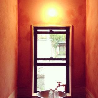 Diseño de aseo de estilo zen, pequeño, con parades naranjas, suelo de baldosas de porcelana, lavabo encastrado y suelo multicolor