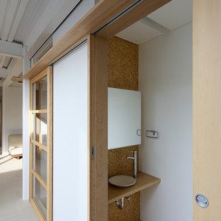 Diseño de aseo asiático, pequeño, con paredes blancas, lavabo sobreencimera, encimera de madera, suelo beige y encimeras beige