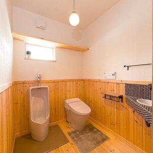 Ejemplo de aseo asiático con paredes blancas, suelo de madera en tonos medios, lavabo tipo consola y suelo marrón