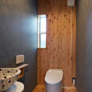 他の地域のエクレクティックスタイルのおしゃれなトイレ・洗面所 (マルチカラーの壁、無垢フローリング、ベッセル式洗面器、茶色い床) の写真