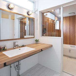 他の地域の小さいモダンスタイルのおしゃれなトイレ・洗面所 (白い壁、グレーの床) の写真