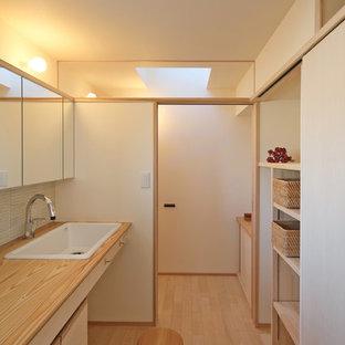 他の地域のモダンスタイルのおしゃれなトイレ・洗面所 (白い壁、淡色無垢フローリング、オーバーカウンターシンク、フラットパネル扉のキャビネット、ベージュのキャビネット、木製洗面台、ベージュの床、ブラウンの洗面カウンター) の写真