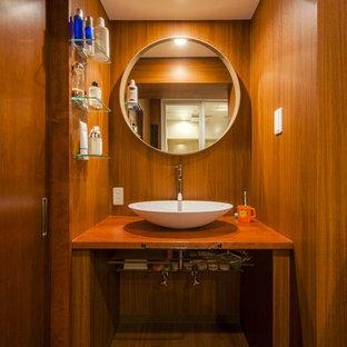 Cette image montre un WC et toilettes asiatique avec un sol jaune.