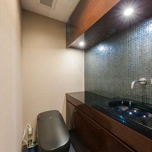 東京23区のモダンスタイルのおしゃれなトイレ・洗面所 (フラットパネル扉のキャビネット、中間色木目調キャビネット、ベージュの壁、一体型シンク、青い床) の写真