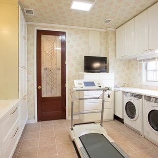 Esempio di un grande bagno di servizio vittoriano con ante con riquadro incassato, ante bianche, pareti arancioni, pavimento in gres porcellanato, lavabo integrato, top in superficie solida, pavimento beige e top bianco