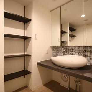 Cette Image Montre Des Petits WC Et Toilettes Avec Un Carrelage Noir Et  Blanc, Carrelage