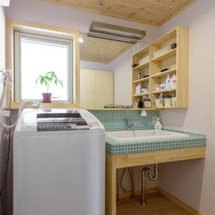Diseño de aseo de estilo zen con armarios abiertos, puertas de armario beige, suelo de madera clara, lavabo encastrado, encimera de azulejos y suelo marrón