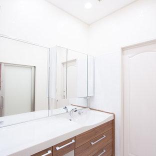 Идея дизайна: маленький туалет в стиле модернизм с фасадами цвета дерева среднего тона, белыми стенами, полом из фанеры, монолитной раковиной, столешницей из искусственного камня и белым полом