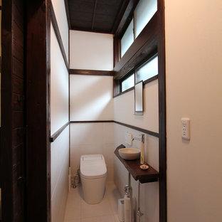 他の地域の和風のおしゃれなトイレ・洗面所 (白い壁、ベッセル式洗面器、白い床) の写真