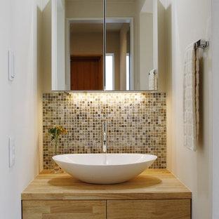 京都のモダンスタイルのおしゃれなトイレ・洗面所 (フラットパネル扉のキャビネット、中間色木目調キャビネット、白い壁、ベッセル式洗面器、木製洗面台、ブラウンの洗面カウンター) の写真