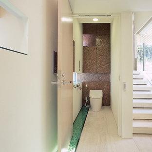 他の地域のコンテンポラリースタイルのおしゃれなトイレ・洗面所 (白い壁、ベージュの床) の写真