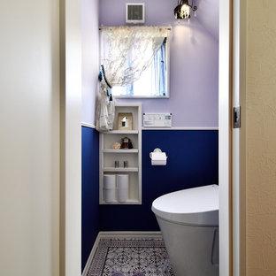 На фото: туалеты в средиземноморском стиле с разноцветными стенами и разноцветным полом