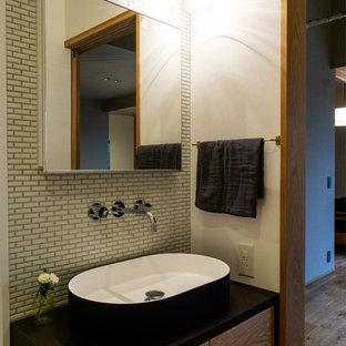 他の地域のモダンスタイルのおしゃれなトイレ・洗面所 (白い壁、無垢フローリング、ベッセル式洗面器、茶色い床) の写真